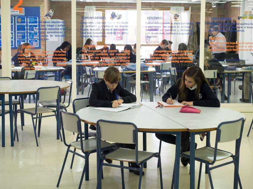 Gruppe von Kindern um einen Tisch