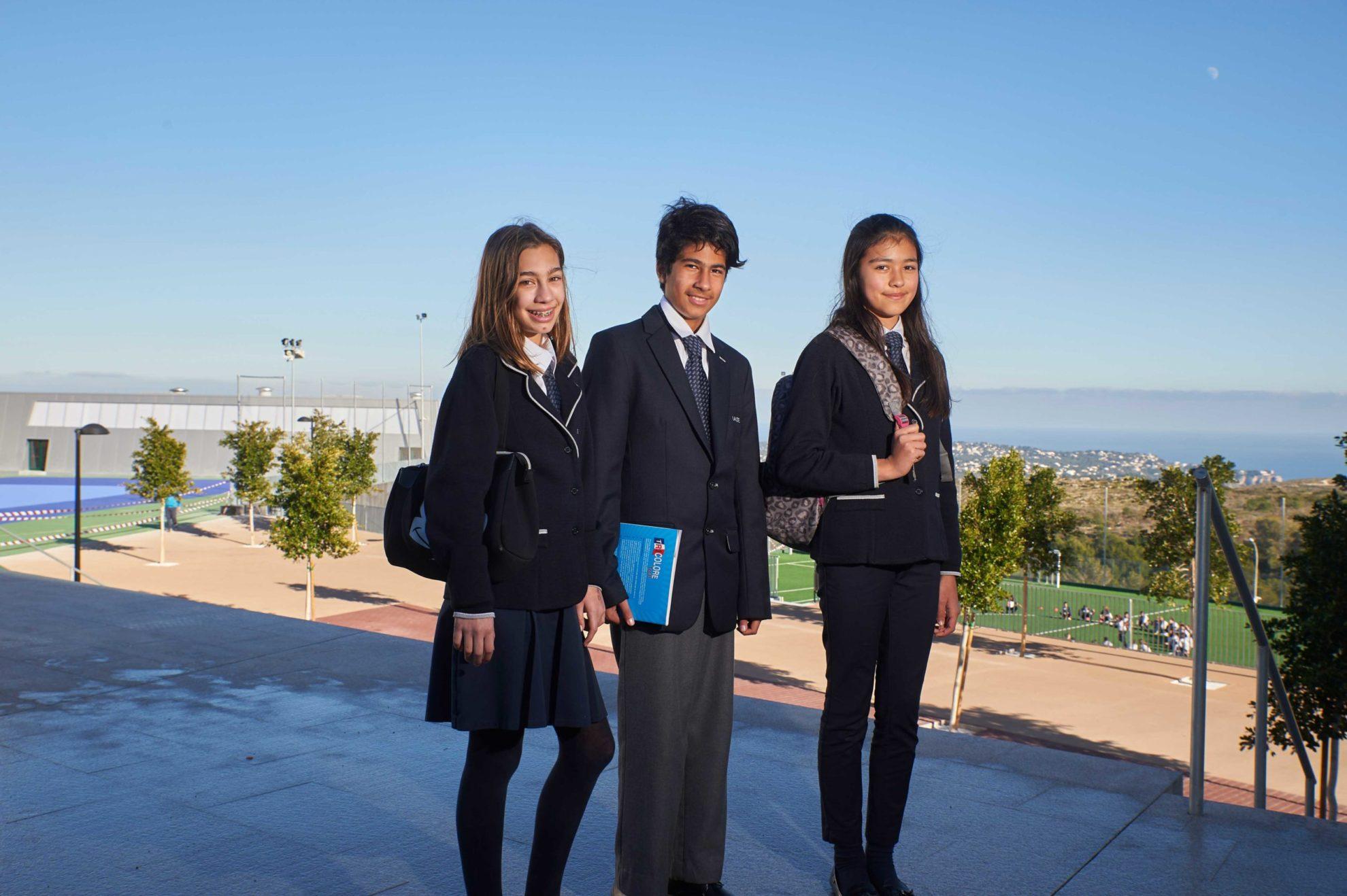 drei-glückliche-Kinder-in-Schuluniform-draußen-am-sonnigen-Tag