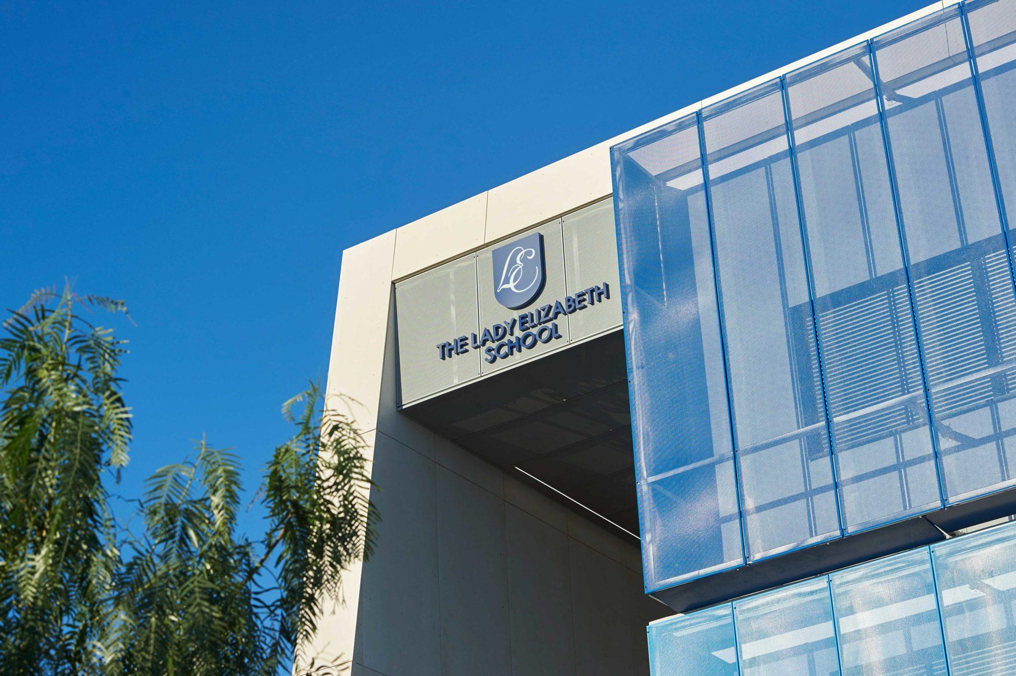 Link, um das Internat zu wählen, können Sie die Fassade des Internats oder der Laude Lady Elizabeth School in Alicante sehen.
