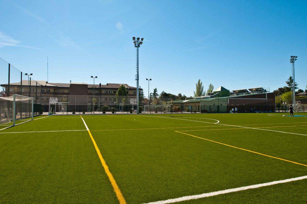 drittes Foto des Banners von drei Bildern des Campus-Bereichs, auf dem ein Fußballfeld aus Kunstrasen zu sehen ist, das zum Kings College von Madrid gehört.