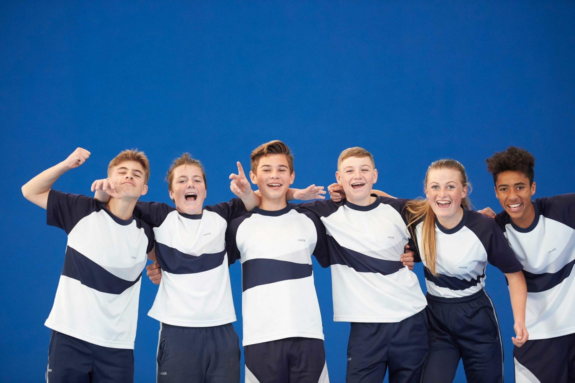 Gruppe-von Freunden-in- Schuluniform-auf- blauem- Hintergrund