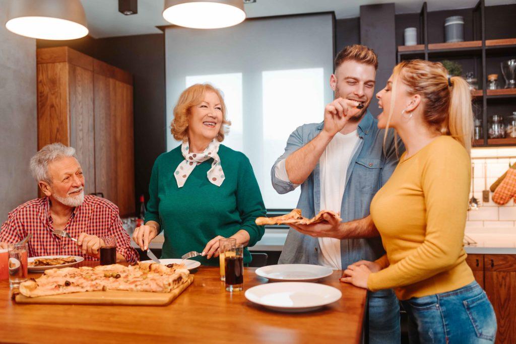 Glückliche Familie beim Mittagessen zu Hause.