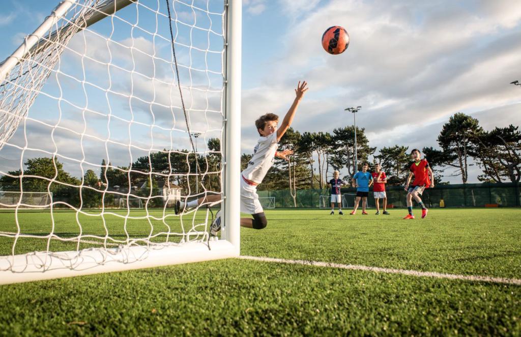fussballspiel-am-bosworth-kollege-sertuerner-internatsberatung